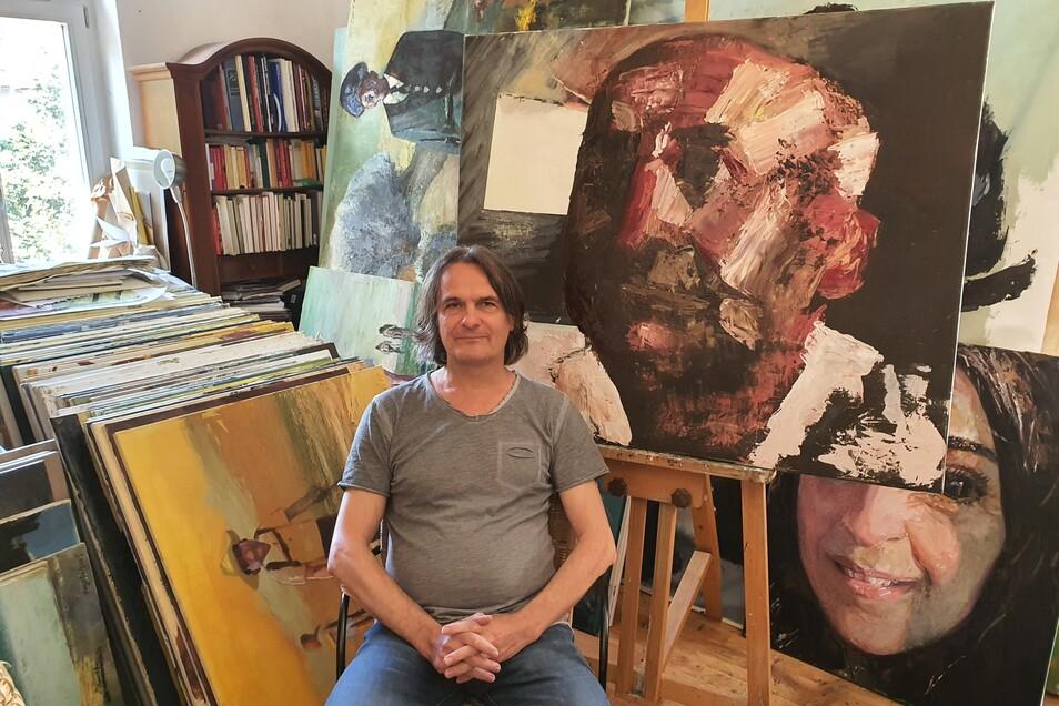 In seinem winzigen Atelier bewahrt Babak Nayebi unzählige Bilder auf. Dort entstand auch das Gemälde, das Aleko Adamia zeigt.