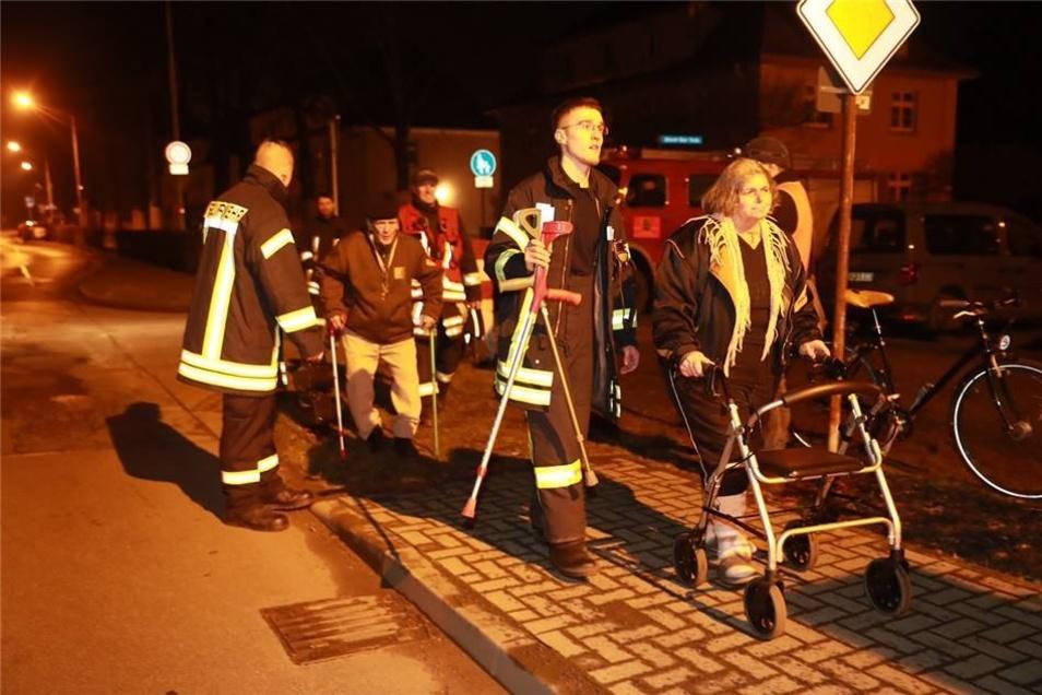 Einsatzkräfte evakuierten die betroffenen Bürger.