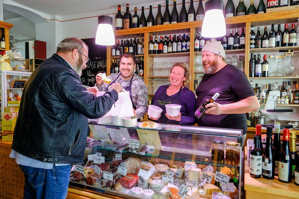 Wein & fein auf der Hauptstraße in Radebeul hat sich umgestellt auf Abhol- und Lieferservice. Inhaber Matthias Gräfe (re.) und sein Team stellen Bestelltes zusammen.