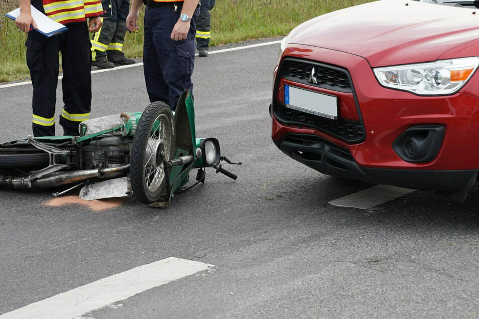 """In der Nähe von Königswartha stürzte ein Mopedfahrer beim Bremsen. Er brach sich den Fuß. Seine """"Schwalbe"""" rutschte gegen einen Mitsubishi."""