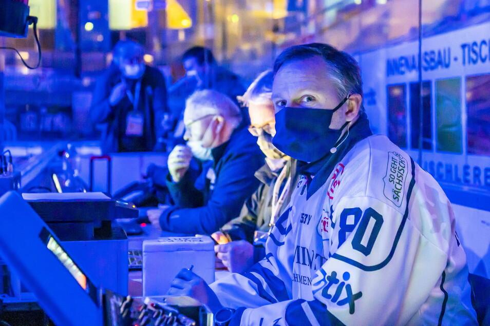 """""""Das Getriebe muss weiterlaufen"""", meint Marcus Schmidt und füllt seine ehrenamtliche Funktion als Hallensprecher auch mit Maske gern aus."""