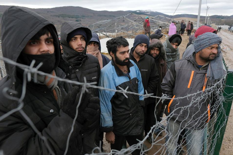 Migranten beobachten bosnische Soldaten beim Aufbau der Zelte im Lager Lipa. Wegen der Not von Hunderten Migranten in Bosnien-Herzegowina hat Pro Asyl der Europäischen Union Totalversagen vorgeworfen.