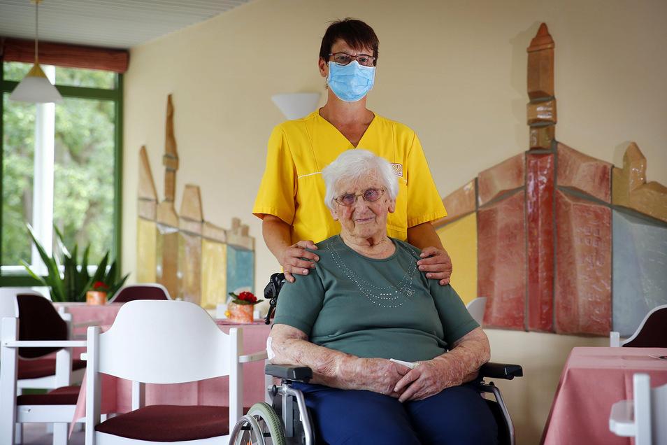 Fachpflegerin Ute Glowienka ist schon von Beginn an im Pflegeheim in Königsbrück dabei. Liebevoll kümmert sie sich unter anderem um Bewohnerin Hilde Lentschke, die seit dreieinhalb Jahren in dem Heim lebt.