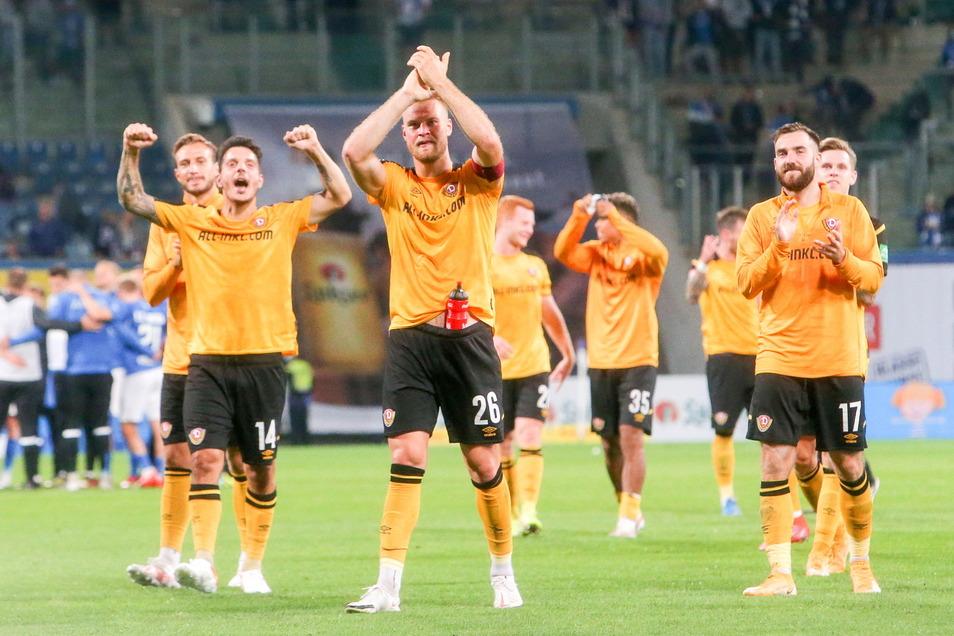 Nach dem Spiel feiert die Mannschaft um Kapitän Sebastian Mai den 3:1-Sieg mit den 1.111 mitgereisten Dynamo-Fans.