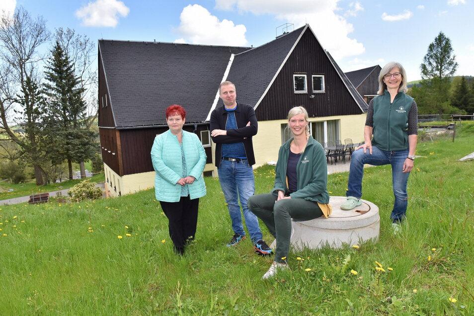 Rene Dorn (2.v.l.) besucht seine ehemalige Wohngruppe in Seyde. Hauswirtschafterin Regina Walter (li.) und Erzieherin Annette Bracklow-Junge kennen, seit er vor 25 Jahren hier gewohnt hat. Julia Mauersberger (2.v.r.) leitet heute die Wohngruppe.