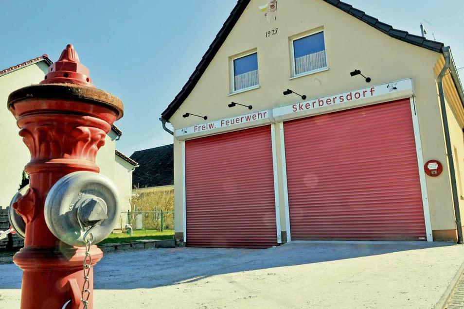 Das fast 50 Jahre alte Gerätehaus der Feuerwehr Skerbersdorf wird durch einen Neubau ersetzt. Noch laufen die Planungen. Klar ist schon, dass aus Kostengründen das alte Depot vorerst nicht abgerissen wird. Wie es künftig genutzt wird, ist noch offen.
