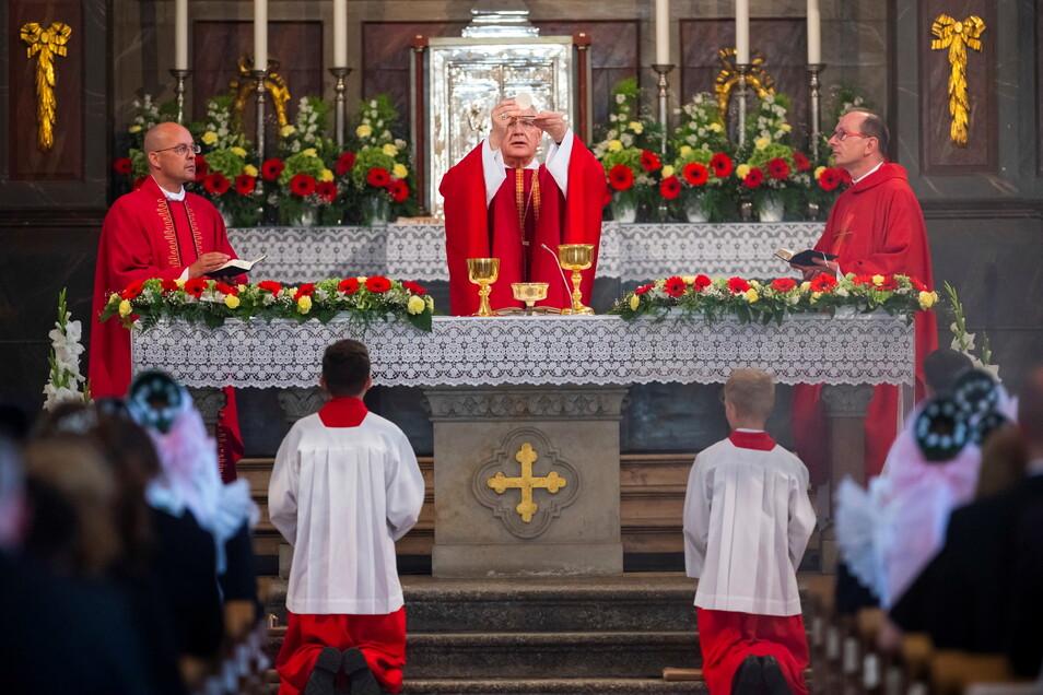 Der Dresdner Bischof Heinrich Timmerevers bei der Feier eines Firm-Gottesdienst im sorbisch geprägten Crostwitz: Sein Bistum hat nun in einem Missbrauchsfall frühere Angaben korrigiert.