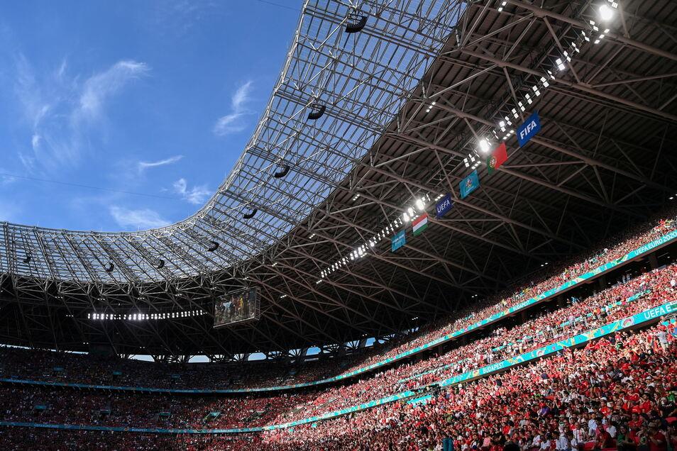 Ein volles Stadion zum EM-Finale: Laut der Times überlegt die Uefa die Finalspiele von London nach Budapest (Bild) zu verlegen, da in Ungarn die Corona-Regeln nicht so strikt wie in England sind.