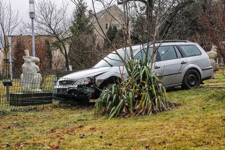 """Der geschrottete Ford mit dem polnischen Kennzeichen """"parkt"""" immer noch im Olbersdorfer Skulpturenpark."""