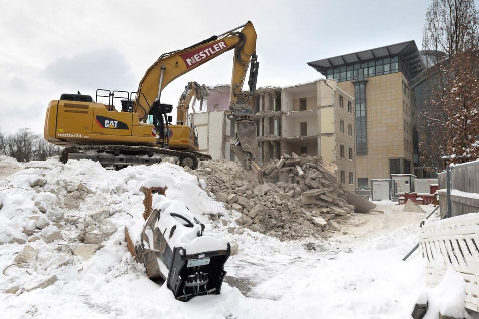 Die Wohnungsgenossenschaft hatte sich für den Abbruch des Hochhauses entschieden, da die Sanierung zu teuer geworden wäre.