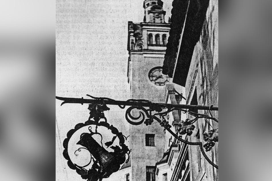 Ein Ausleger von Kunstschmiedemeister Richard Rothenberger wird zur Visitenkarte der im kleinen Haus am Potschappler Rathaus ab 1905 von Albert Müller betriebenen Weinhandlung, Destillation und Lotterieannahme.