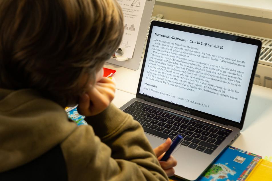 Arbeiten für die Schule am Laptop. Das ist durch Corona zurzeit Normalität.