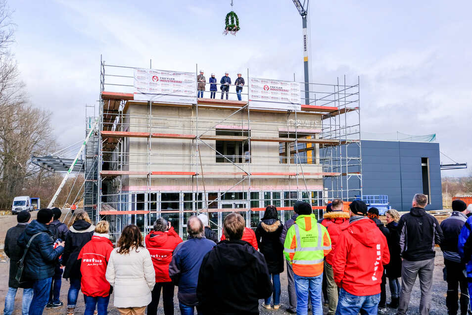 Für den neuen Firmensitz von Novus air konnte Richtfest gefeiert werden. Im Mai soll die Montagehalle fertig sein, zwei Monate später die Büros.