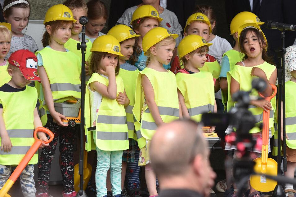 Die Kinder des Kindergartens sangen ein Bauarbeiterlied.