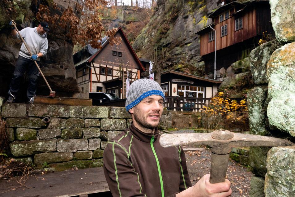 Arbeitseinsatz an der Rathewalder Mühle. Fabian Eisold befreit die Felsen von Wildwuchs.