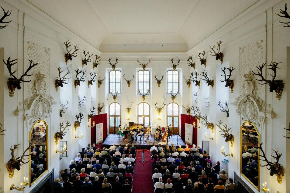 Auf ein Konzerterlebnis im mit vielen Jagdtrophäen ausgestatteten Speisesaal muss man in diesem Jahr verzichten.