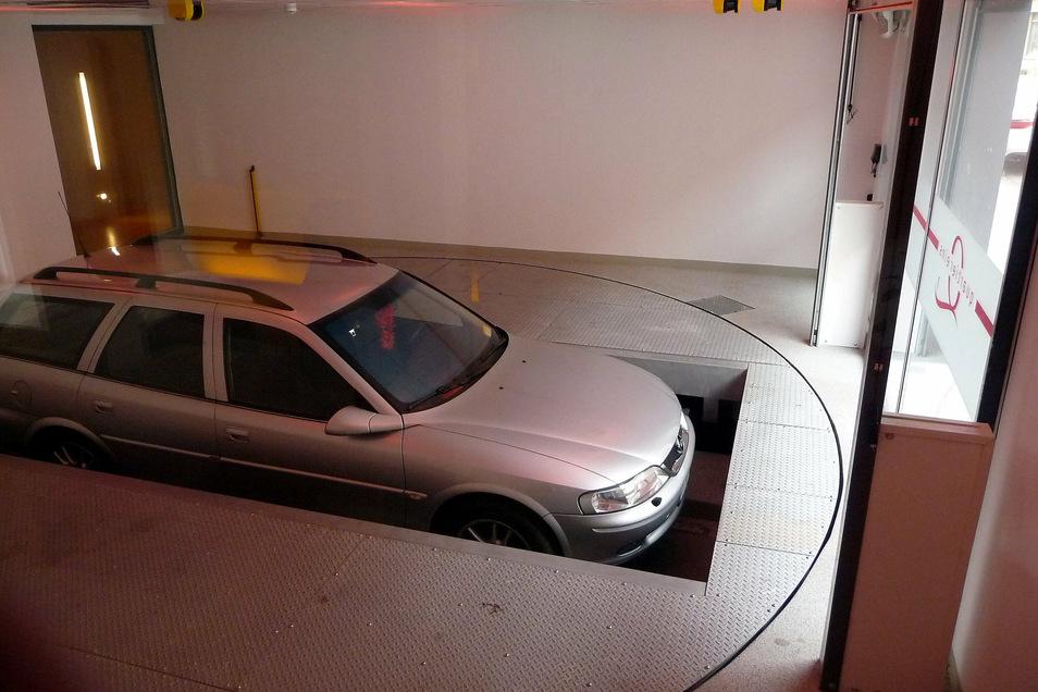 Vollautomatische Anlage: Mit einem Lift werden die Autos in die Tiefe gelassen und dort in eine Parkbucht einsortiert.