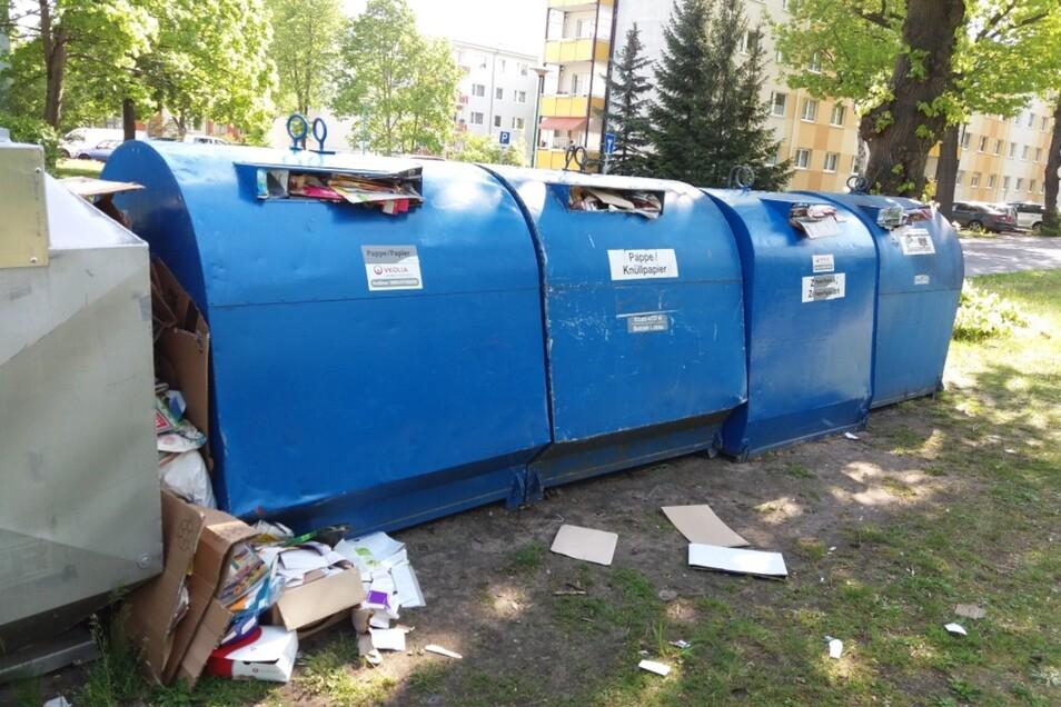 So sah es Anfang der Woche in der Hufelandstraße in Hoyerswerda aus. In die Container für Pappe und Altpapier ging kaum noch was hinein, Pappen wurden zwischen die Container gesteckt. Mittlerweile sind die Container geleert.