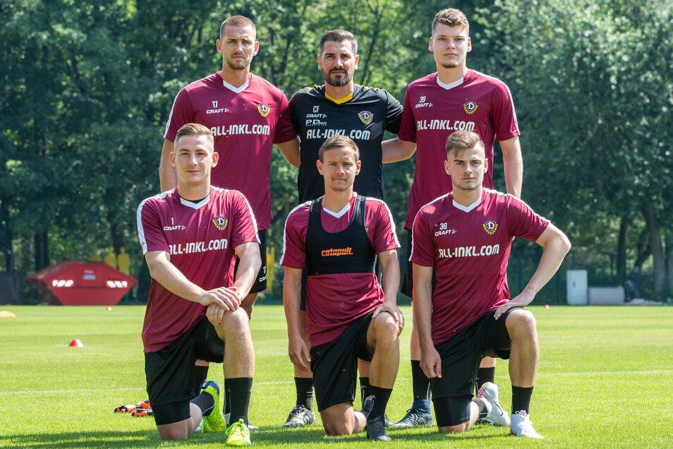 Cristian Fiel (hinten Mitte) mit seinen Neuen: René Klingenburg (hinten links), Kevin Broll (vorn links) und Chris Löwe (vorn Mitte). Kevin Ehlers (hinten rechts) und Max Kulke kommen von der U 19.