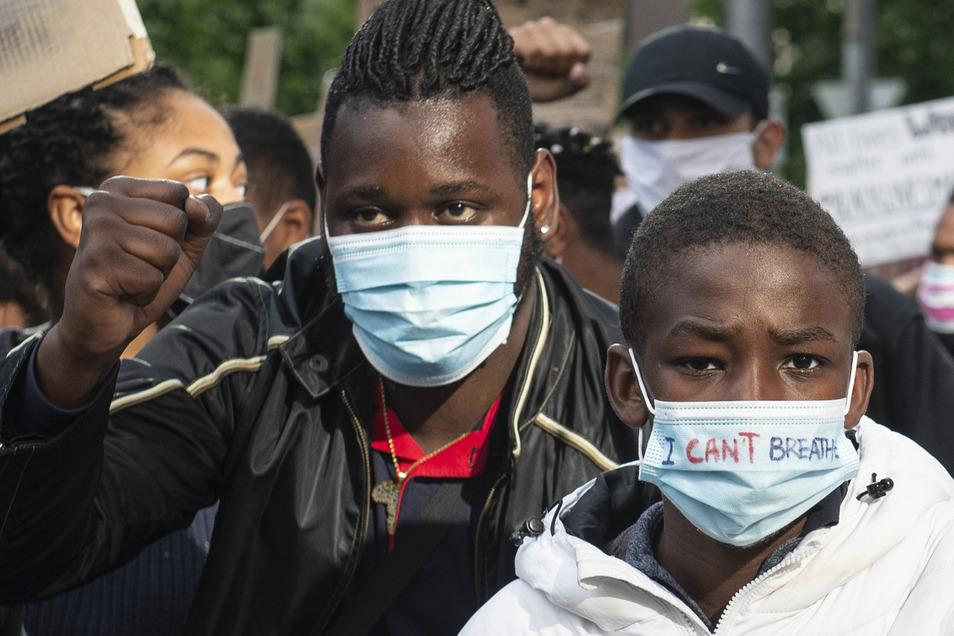 """""""I Can't Breathe"""" steht auf der Maske eines Jungen, der sich an einem Demonstrationszug durch Frankfurt/Main beteiligt."""