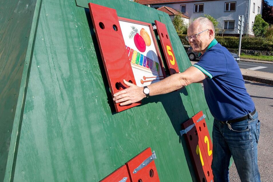Alfred Kirchner öffnet zum Probeaufbau vom Adventskalender für jungen und alte Kinder in Grumbach das Türchen mit der Nummer 5. 24 Türen mit Bildern und einer Geschichte erwarten die Bewunderer in der Vorweihnachtszeit.