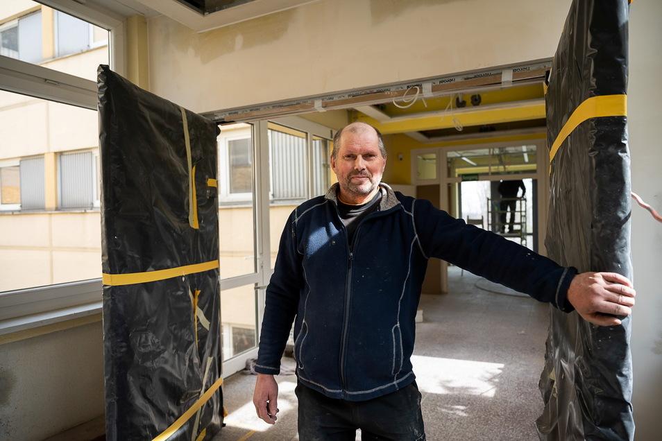 Christian Steudtner vom Baubetrieb Thamm ist verantwortlich für die Bauarbeiten zum Brandschutz in der Grundschule Königshufen.