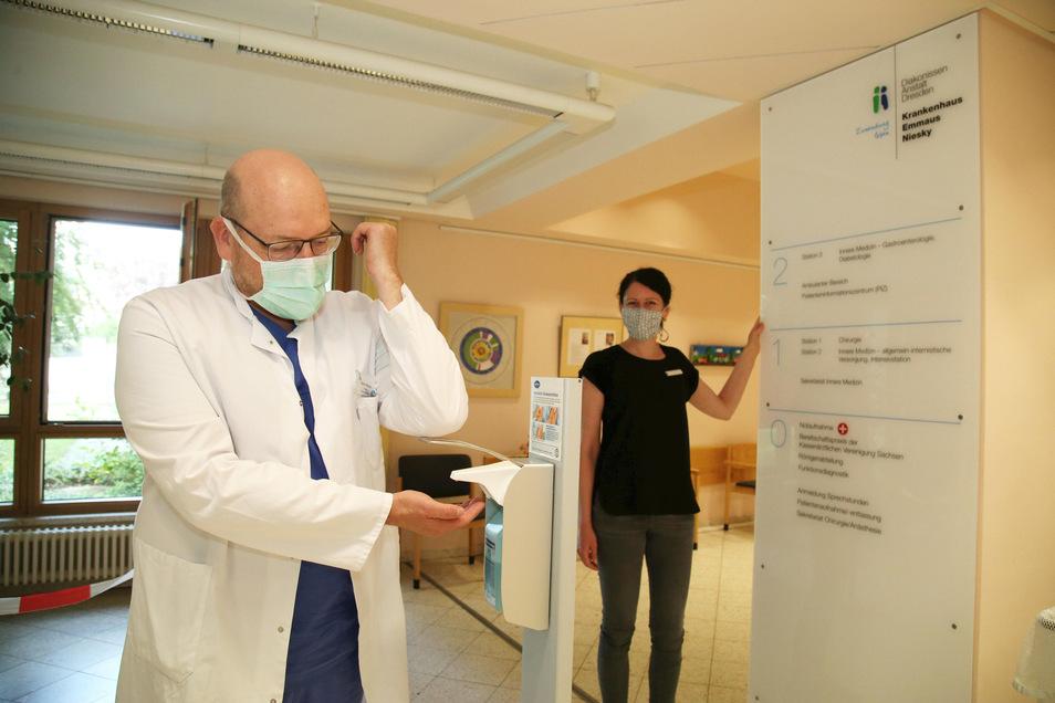 Seit Ende vergangener Woche ist der Ambulanzbereich des Emmaus-Krankenhauses wieder offen. Chefarzt Rainer Stengel und Nicole Preller-Endrikat, die für Hygiene zuständig ist, setzen natürlich auch hier auf Desinfektion.