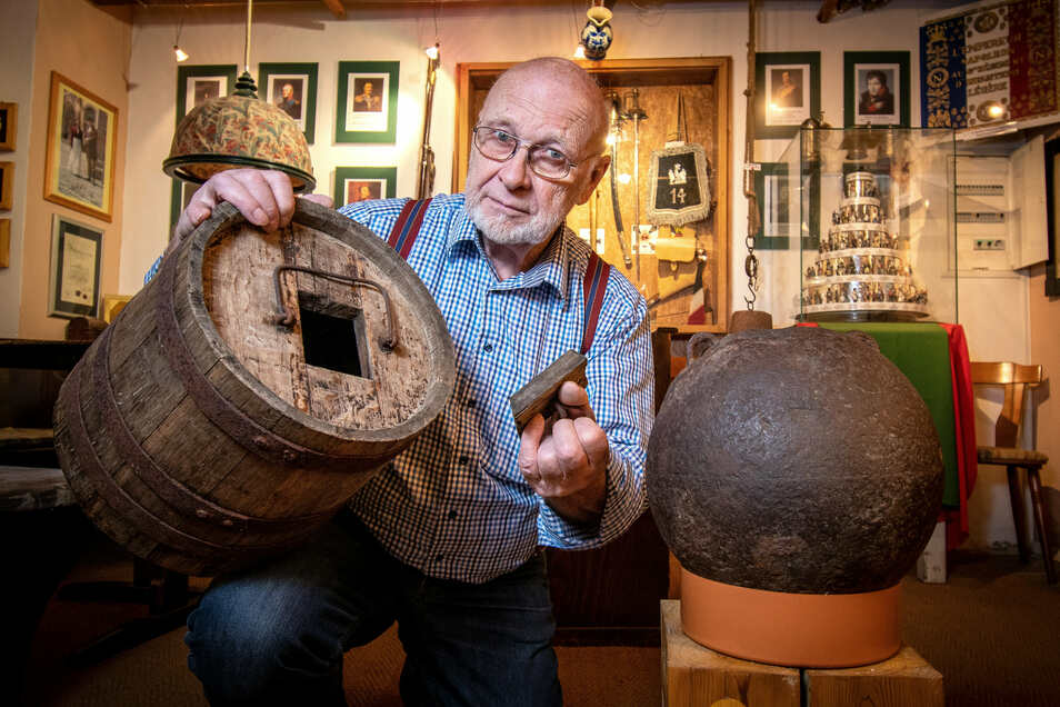 Eine große Mörserbombe ist seit kurzem in der Napoleon-Ausstellung von Albrecht Bergmann zu sehen. In einem Pulverfass fand er zudem einen Zeitungsschnipsel, der ihm Rätsel aufgibt.