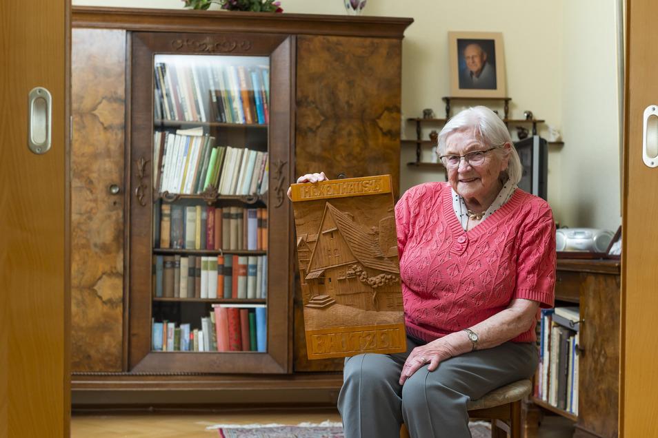 Für Ingeborg Günther bedeutet Bautzens Hexenhaus Wärme - in ihrer Familie wurde ständig darüber geredet. Deshalb hängt dieses geschnitzte Bild direkt gegenüber von ihrer Wohnungstür.