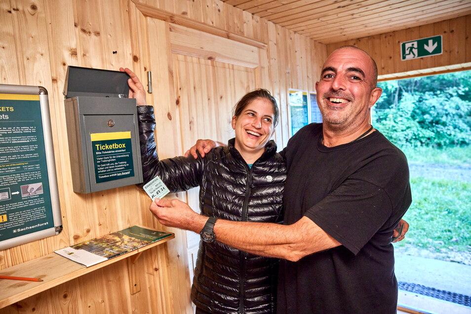 Zwei Hessen auf Expedition in Sachsen: Holger Klappert und Kira Rudolf aus Gießen werfen ihre Tickets in die Zahlbox der Kamphütte.