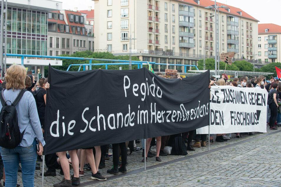 """Gegendemonstranten sehen Pegida als """"Schande im Herzen Dresdens"""" - der Kampf um die Innenstadt."""