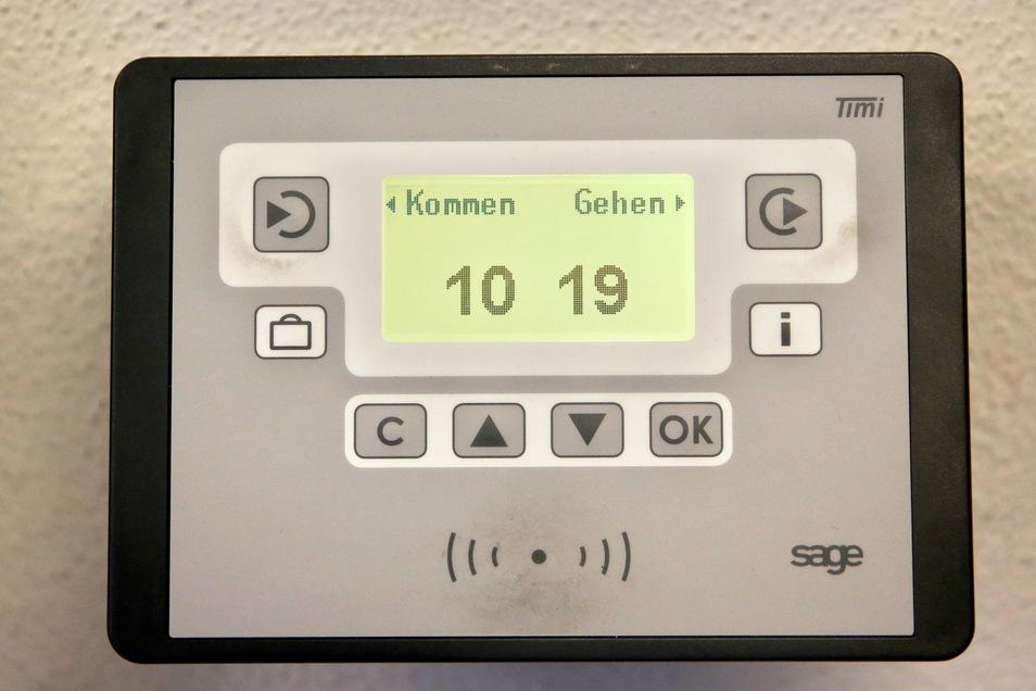Eine elektronische Stechuhr zur Arbeitszeiterfassung hängt im Industriemuseum Chemnitz.