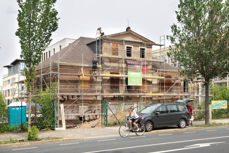 Wohnungen, aber unbewohnbar: Seit langer Zeit steht die Behrsche Villa an der Glacisstraße in der Inneren Neustadt leer. Zumindest in dieses Haus soll bald wieder Leben einziehen.