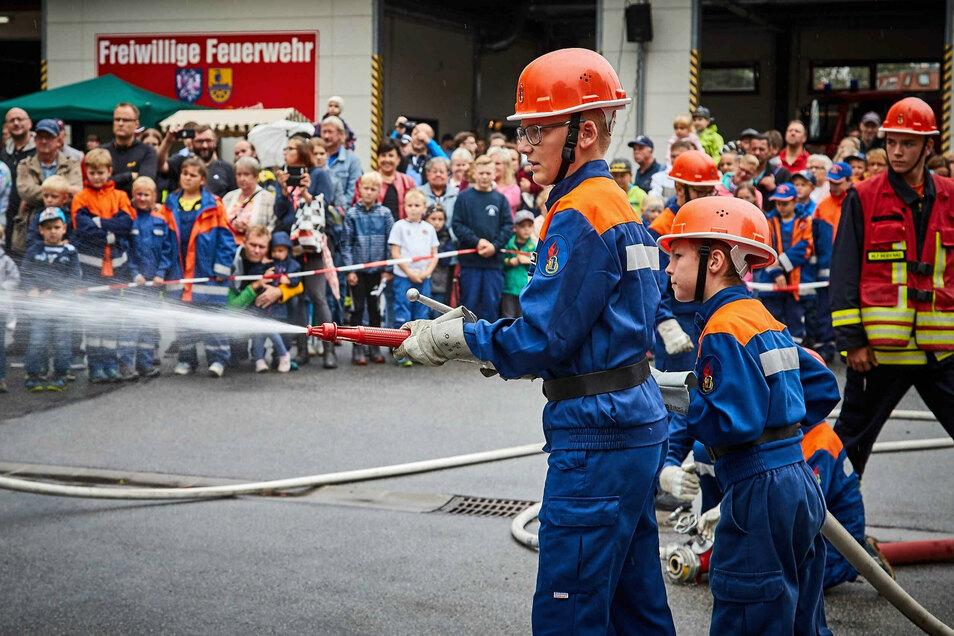 Die Jugendfeuerwehr am Strahlrohr. Aufnahme vom vorigen Jahr in Heidenau.