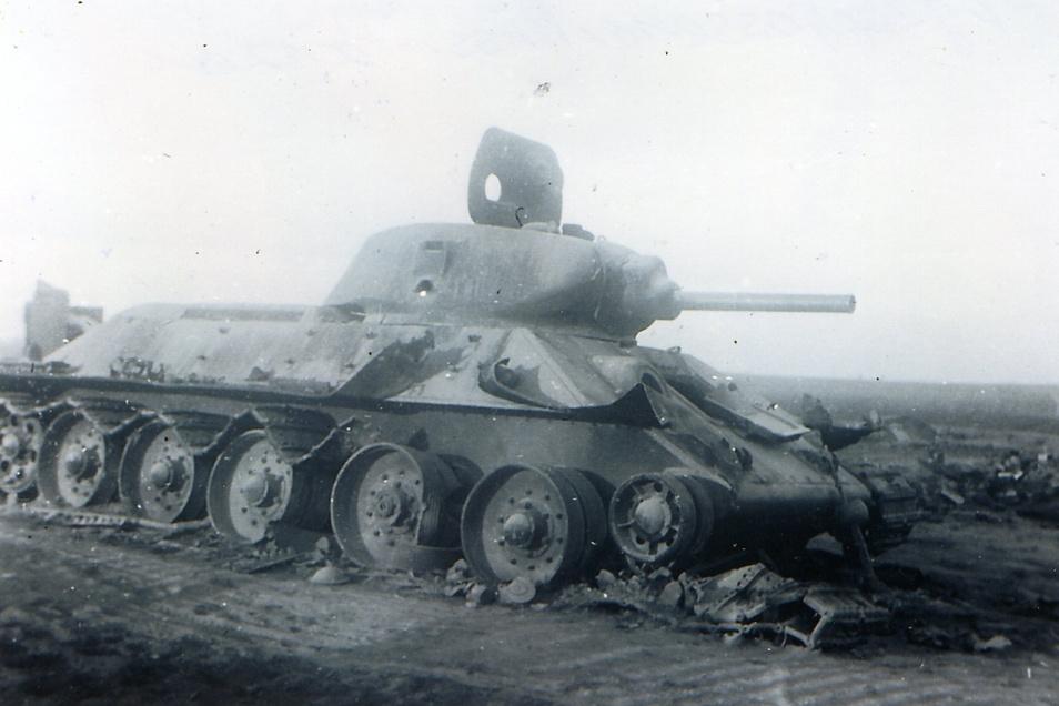 Ein zerstörter sowjetischer Kampfpanzer T 34 am Marschweg nach Moskau. Dieser Panzertyp wurde zum Albtraum der Deutschen. Abwehrwaffen gab es zunächst kaum.