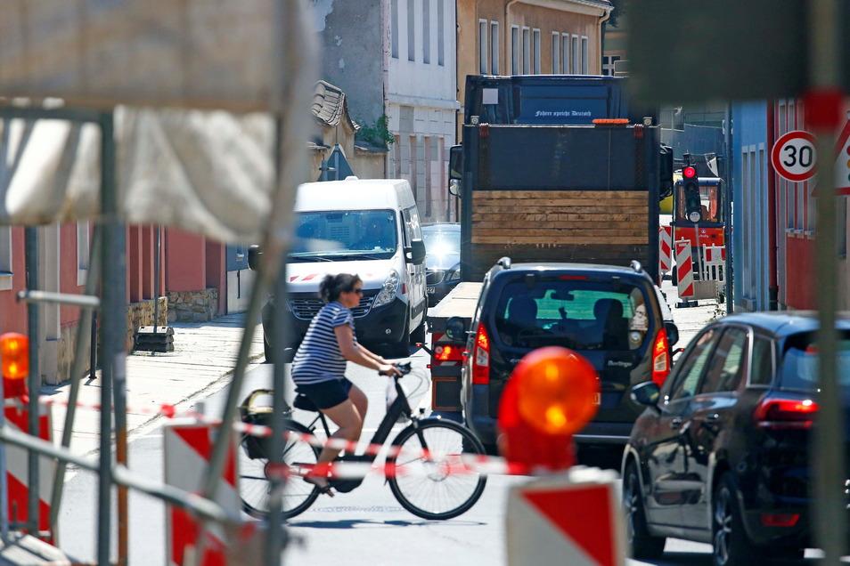 Mehrere Baustellen an der Pulsnitzer Straße in Kamenz sorgen derzeit immer wieder für Staus und Verkehrsbehinderungen, vor allem im Feierabendverkehr.