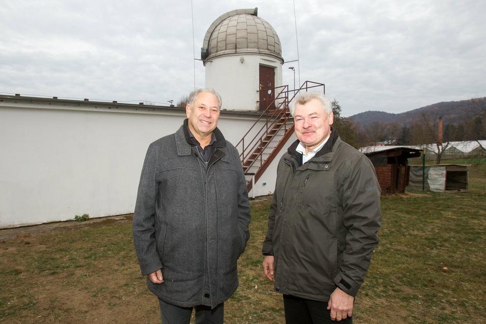 Gernot Heerde (l.) und Ralf Müller stehen vor der Sternwarte Graupa. Für die ehemalige Schulsternwarte gibt es Pläne.
