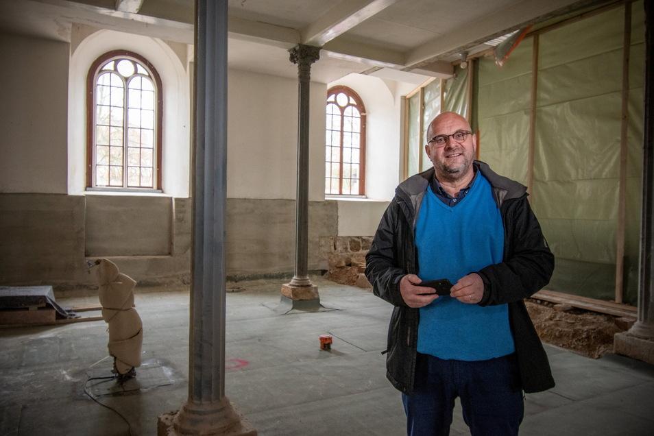 Pfarrer Rafael Schindler zeigt den Bereich der Polditzer Kirche, in dem neue Gruppenräume entstehen.