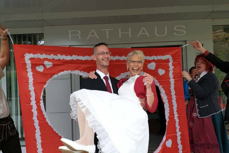 """Annett Adolphi-Mroß war 2018 bei """"Bauer sucht Frau"""" dabei. Die Ex-Zittauerin war bei Bauer Bernhard zur Hofwoche, die durchaus auch harmonisch war. Doch am Ende funkte es nicht mit Landwirt, sondern mit einem Postbeamten, der sich beim Fernseh-Schauen in sie verliebt hatte."""