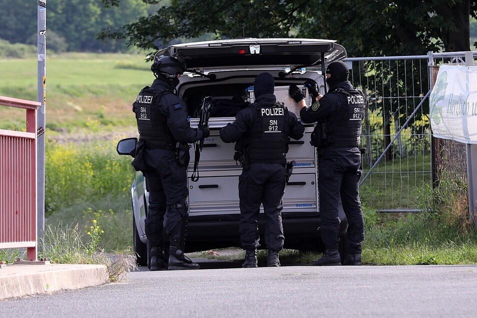Der Einsatz konzentrierte sich am Morgen auf ein Grundstück am Elberadweg am Rand der Friedrichstadt.