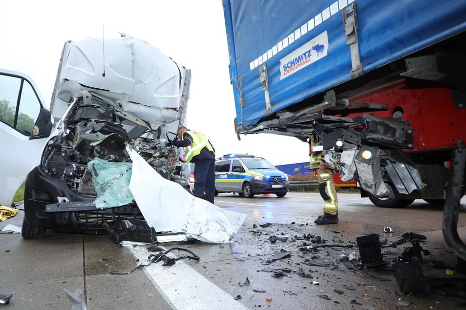 Der Sattelzug, auf den der Kleintransporter aufgefahren war, hatte verkehrsbedingt an einem Stauende gehalten.