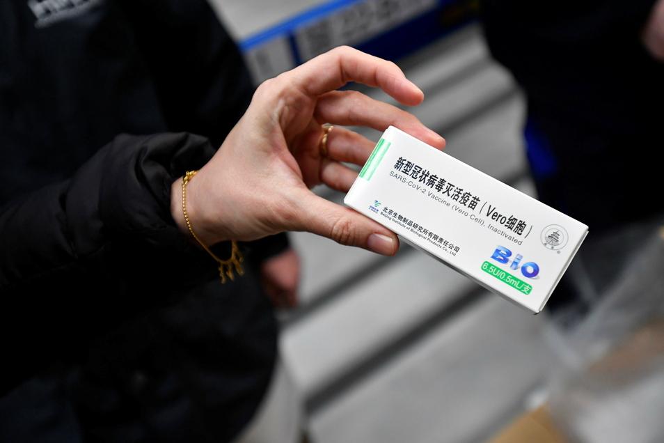Eine Frau hält in Budapest ein Päckchen mit Ampullen des von Sinopharm aus China hergestellten Corona-Impfstoffs in der Hand. Ungarn ist das erste der 27 Länder der EU, das den Impfstoff erhalten hat.