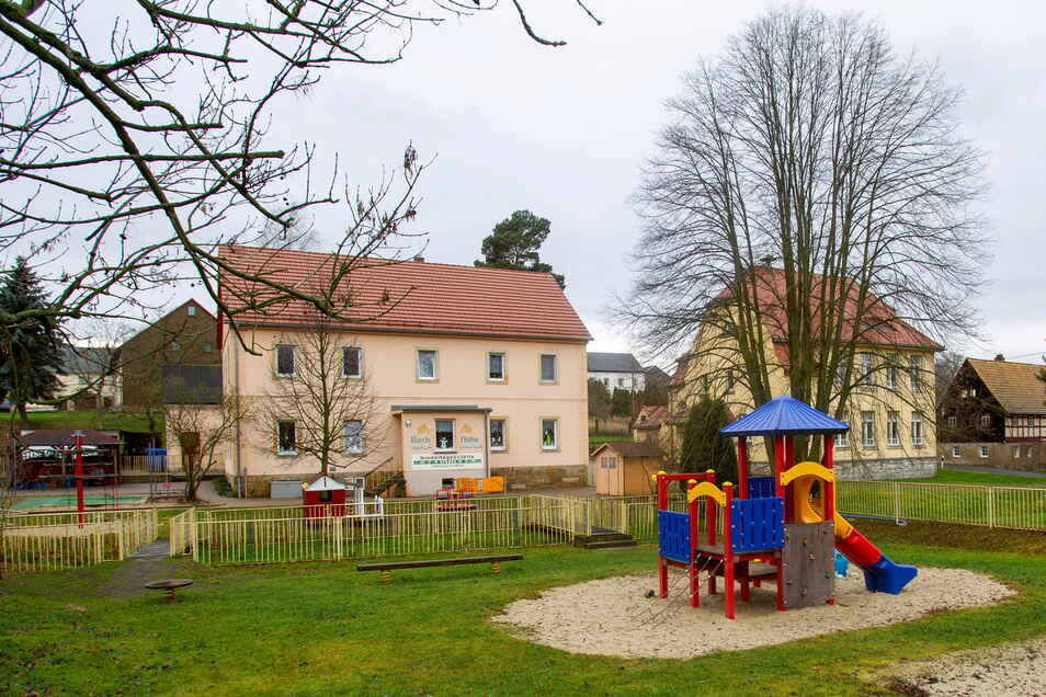 Die Kindertagesstätte Bachflöhe in Stürza soll in das daneben stehende Dorfgemeinschafsthaus umziehen.