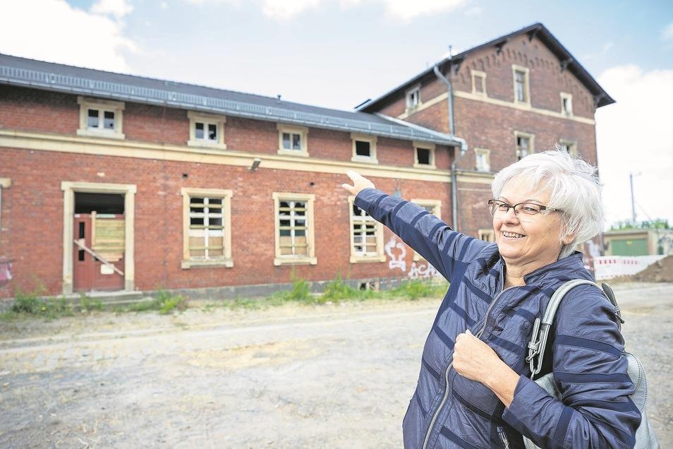 Barbara Eckart wohnte als Kind mit ihren Eltern im Bahnhof. Das Fenster über dem heute verriegelten Eingang der Gaststätte war ihr Kinderzimmer.