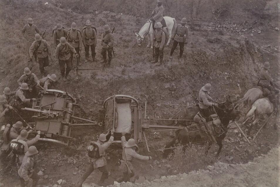 Das Hügelland um Tsingtau diente Kockischs III. Seebataillon als Übungsplatz. Hier operiert die Maschinengewehrabteilung in schwerem Gelände.