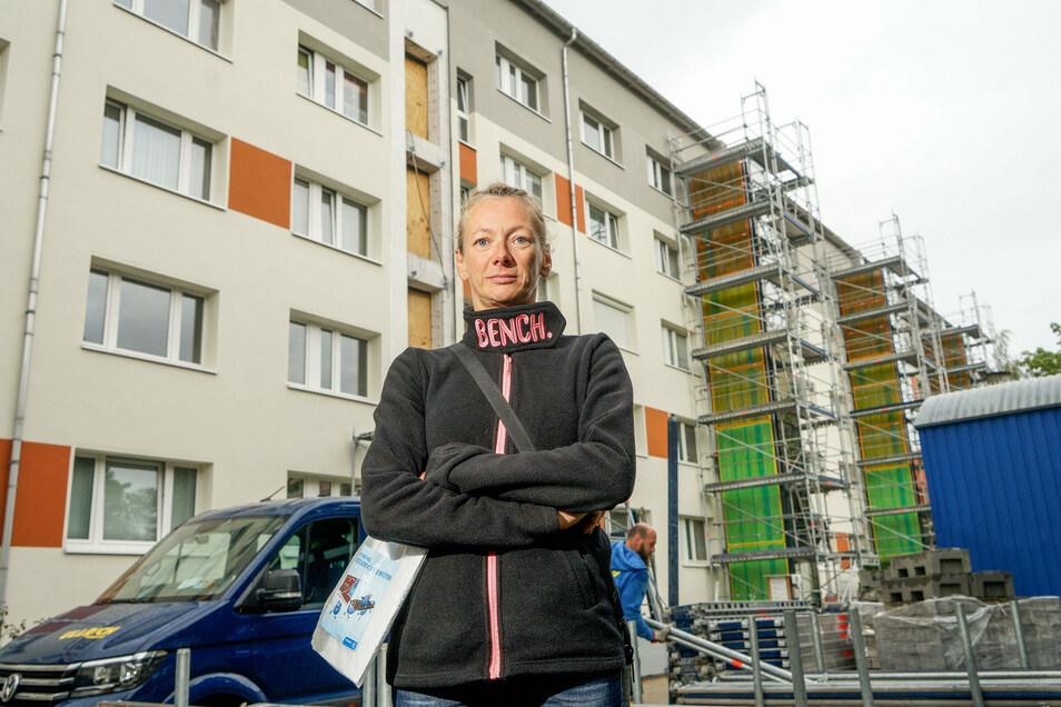Baulärm, kein Balkon mehr, Gerüst vorm Fenster: Annett Bartuschk wohnt in einem Wohnblock in der Niemöller Straße, der jetzt mit neuen Balkonen und Aufzügen ausgestattet wird. Sie ärgert sich über die Bauarbeiten.