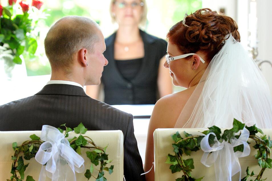 Ohne Standesbeamte keine Hochzeiten: Im Rödertal sind diese gut ausgebildeten Fachleute allerdings rar.