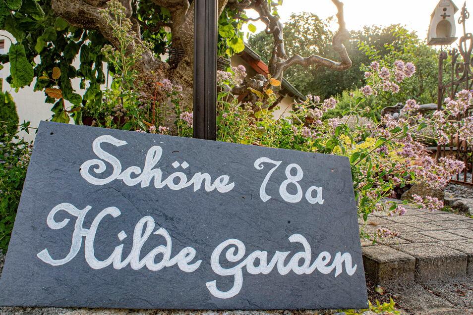 """""""Hilde Garden"""" wird das grüne Refugium hinterm Haus der Schönes seit Kurzem genannt. So hieß die Großmutter, welche den Garten ursprünglich anlegte - damals allerdings noch als reinen Nutzgarten."""