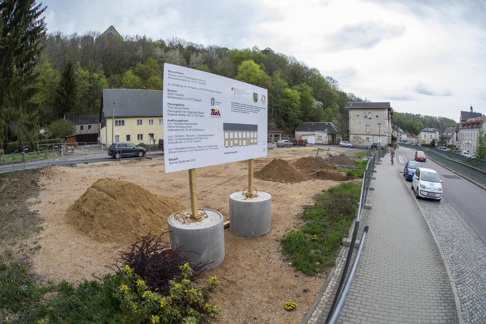 Das Baustellenschild steht. In vier Monaten schon soll das neue Kinderhaus bezugsfertig sein. Ist das zu schaffen?