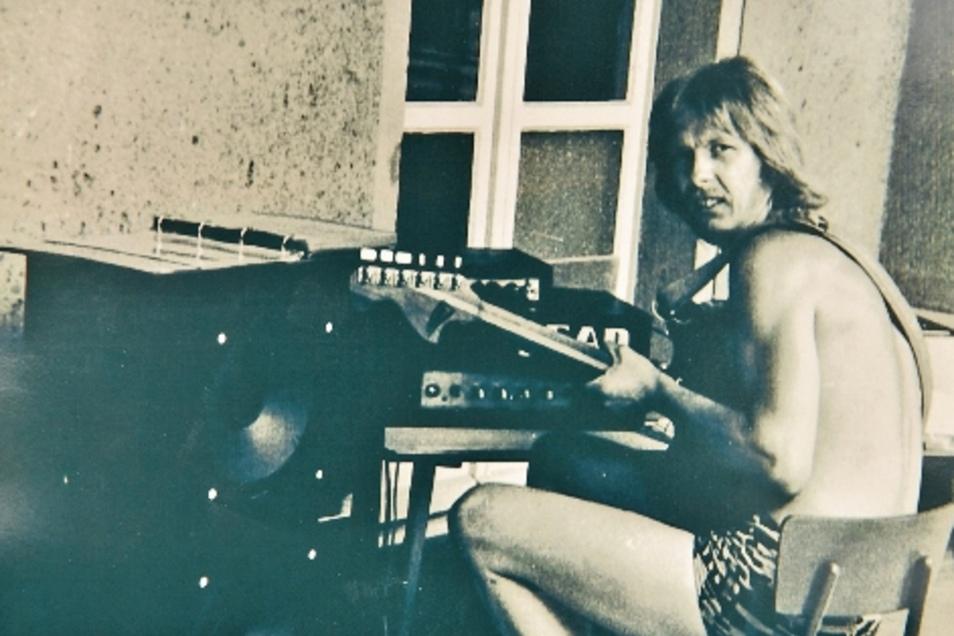 Horst Wagner musizierte als junger Mann gern, spielte auch in Rockgruppen. Das Foto entstand in den 1970er-Jahren.
